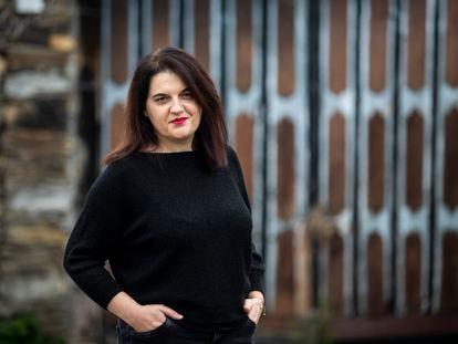 La gallega Olga Novo, Premio Nacional de Poesia 2020, en A Pobra do Brollón, su pueblo natal.