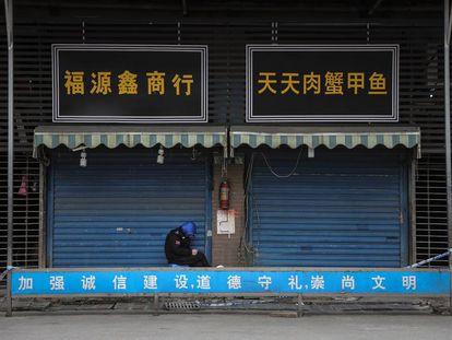 Puertas cerradas del mercado de Wuhan, China. Así empezó todo.