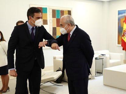 El presidente del Gobierno, Pedro Sánchez, en La Moncloa con el secretario general de la OCDE, Ángel Gurría, este 13 de mayo.