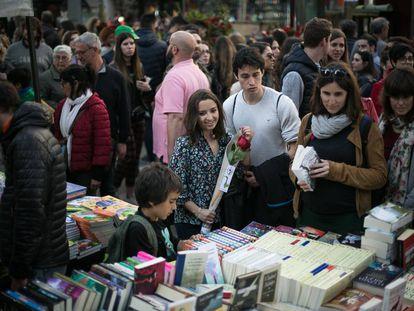 Puestos de venta de libros en la celebración de Sant Jordi en Barcelona en 2019.