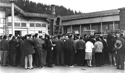 Asamblea de trabajadores a las puertas de una fábrica del País Vasco.