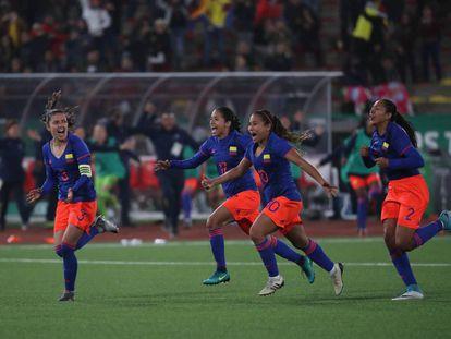 Colombia celebra tras ganar el título del fútbol femenino en los Panamericanos.