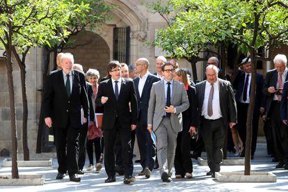 El entonces presidente de la Generalitat, Carles Puigdemont, acompañado por el director general del Diplocat, Albert Royo, (a su derecha),  en 2017.