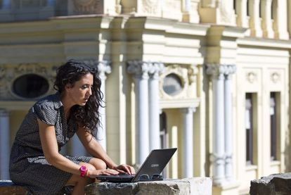 Una vecina de Málaga aprovecha una red wifi municipal.