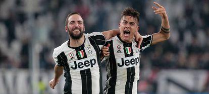 Higuaín y Dybala festejan un gol ante el Milan.