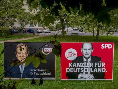 Carteles electorales del conservador Armin Laschet (izquierda) y el socialdemócrata Olaf Scholz en Frankfurt, Alemania.