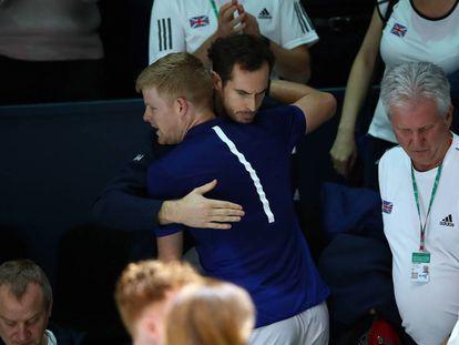 Edmund se abraza con Murray tras su victoria sobre Kohlschreiber.