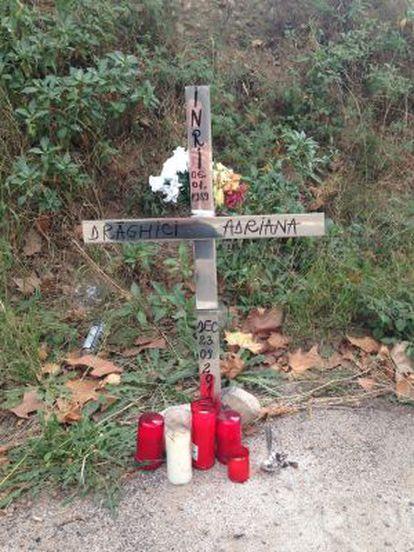 Amigos de Adriana han puesto una cruz donde cayó al saltar del puente.