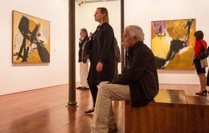 Laura García Lorca y, al fondo, el artista Frederic Amat en la exposición 'The presence of Black' en Granada.