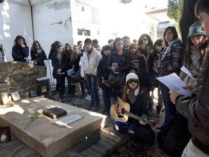 Estudiantes de Perpiñán y Tarragona ante la tumba de Antonio Machado, en el cementerio de Collioure (Francia), en 2011.