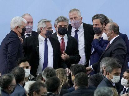 El presidente argentino, Alberto Fernández, rodeado de sus nuevos ministros, el lunes pasado en Buenos Aires.