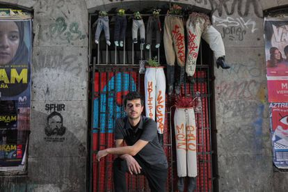 El investigador Javier Gil, retratado frente a la fachada del antiguo Patio Maravillas.