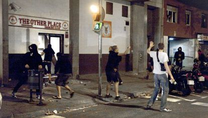 Un grupo de ultras de izquierda boicotea una fiesta neonazi en Poblenou