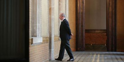 Rodrigo Rato,en los pasillos del Parlamento de Cataluña, este lunes.