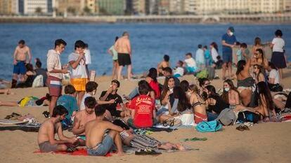 Las playas de San Sebastián se llenaron de personas durante la pasada Semana Santa.