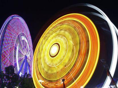 Luces de las atracciones de carnaval de la Feria Estatal de Texas en Dallas (EE UU). La feria anual ha tenido lugar casi todos los años desde 1886 y se celebra en Fair Park en Dallas.