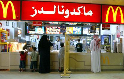 Un panel separa a hombres y mujeres en un McDonald's de Riad.