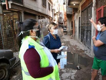 Promotoras de salud buscan a pacientes con síntomas de la covid-19 en la villa 1-11-14 de Buenos Aires.