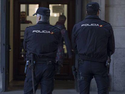 Dos policías nacionales, en una imagen de archivo.