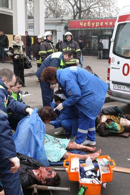 Los servicios de emergencias atienden a los heridos en el doble atentado de Moscú.