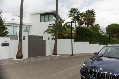 Vista exterior de la casa de lujo Villa Hermes en la urbanización Nueva Andalucía de Marbella