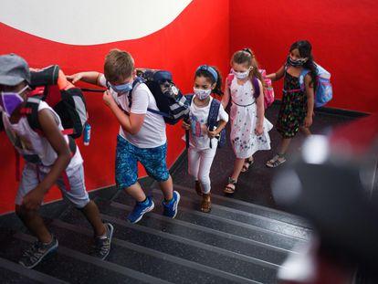 Llegada de los estudiantes al colegio Petri, en Dortmund (Alemania), el martes.