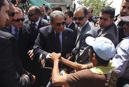 El secretario general de la Liga Árabe saluda a un palestino en Zeitoun, al sur de la franja de Gaza.