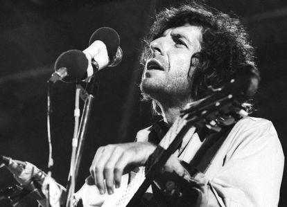 Leonard Cohen en una actuación de principio de los setenta.