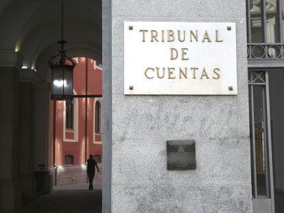 Placa en la puerta principal del edificio del Tribunal de Cuentas en Madrid.