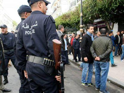 Policía argelina vigila una manifestación, en febrero de 2015.