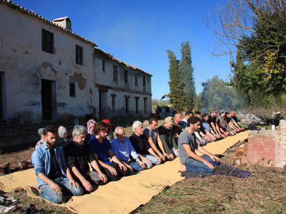 Un grupo de musulmanes en el centro adquirido en Granada.