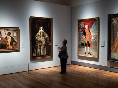 Una persona observa una obra durante la presentación de la exposición 'Tornaviaje. Arte Iberoamericano en España' en el Museo del Prado.