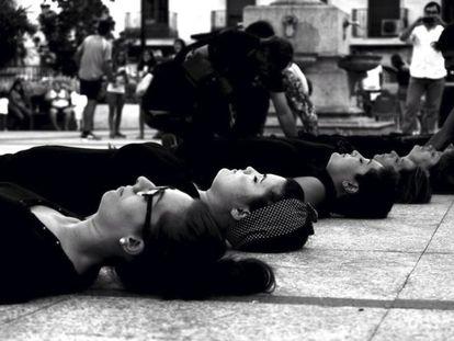 Cientos de mujeres yacerán en la calle vestidas de negro en distintos lugares de Europa