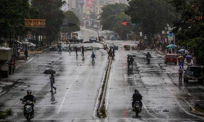 Opositores al Gobierno de Maduro bloquean una calle de Caracas.