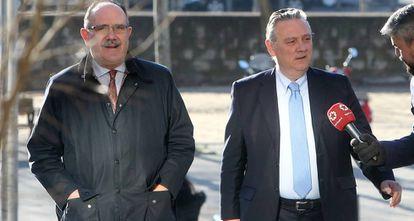 Alfredo Prada, a la derecha, a su llegada al juicio por la trama de los espías del PP, el pasado febrero.