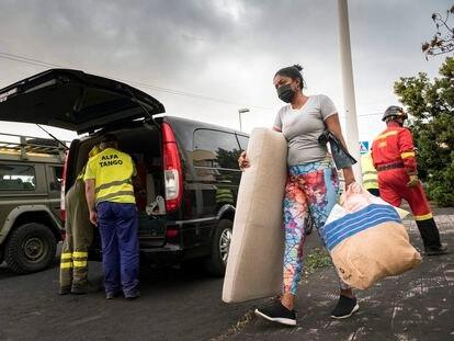El barrio de La Laguna y otros cuatro son desalojados por la aproximación de una nueva colada del volcán de Cumbre Vieja.
