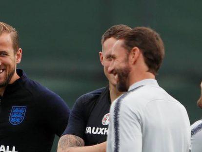 Kane se ríe junto a Southgate y un par de compañeros.