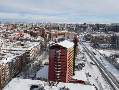 Vista de la A2 desde el edificio de las Torres Blancas en Madrid, el pasado 10 de enero, tras el paso del temporal Filomena.