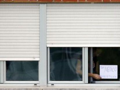 Persianas bajadas en una de las habitaciones de aislamiento del hospital Carlos III de Madrid.