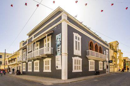 Exterior del edificio principal situado en la calle Ibrahima Sarr, y por el que comienza el recorrido de los museos de la fotografía de Saint Louis