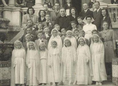 Un grupo de niñas posa tras hacer la primera comunión.
