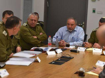 Avigdor Lieberman (centro) en una reunión en Tel Aviv el lunes.
