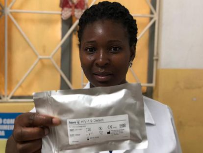 Una doctora del centro de salud de Matola muestra parte del material con el que se realiza la prueba rápida.