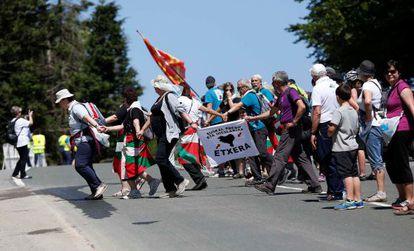 Participantes en la cadena humana simulan la ola en el alto de Kanpazar.