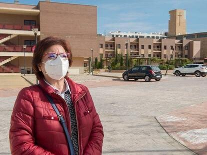 Maria  Ángeles Martos Paredes, junto a la residencia Caridad y Consolación de Jaén, donde vive su madre, el pasado viernes.