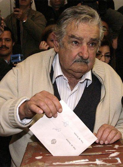 José Mujica, candidato presidencial del Frente Amplio y favorito en las encuestas, vota en Montevideo.