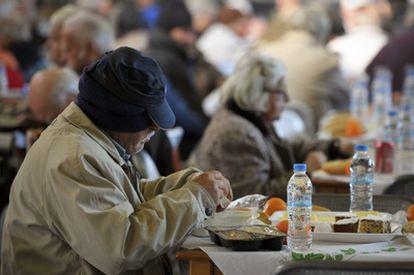 Un indigente en un comedor social durante estas Navidades.