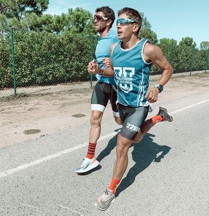 Luis Molina, en primer término, marca el paso a Jota García durante el entrenamiento para la carrera a pie.