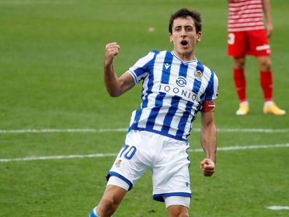 Mikel Oyarzabal festeja este domingo su gol de penalti ante el Granada en el Reale Arena de San Sebastián.