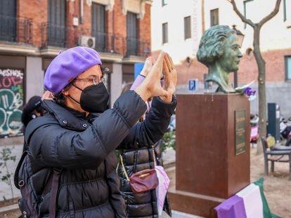 Una activista, durante la acción del Movimiento Feminista de Madrid a favor de la abolición de la prostitución, en la plaza Guardias de Corps, en Madrid este domingo.